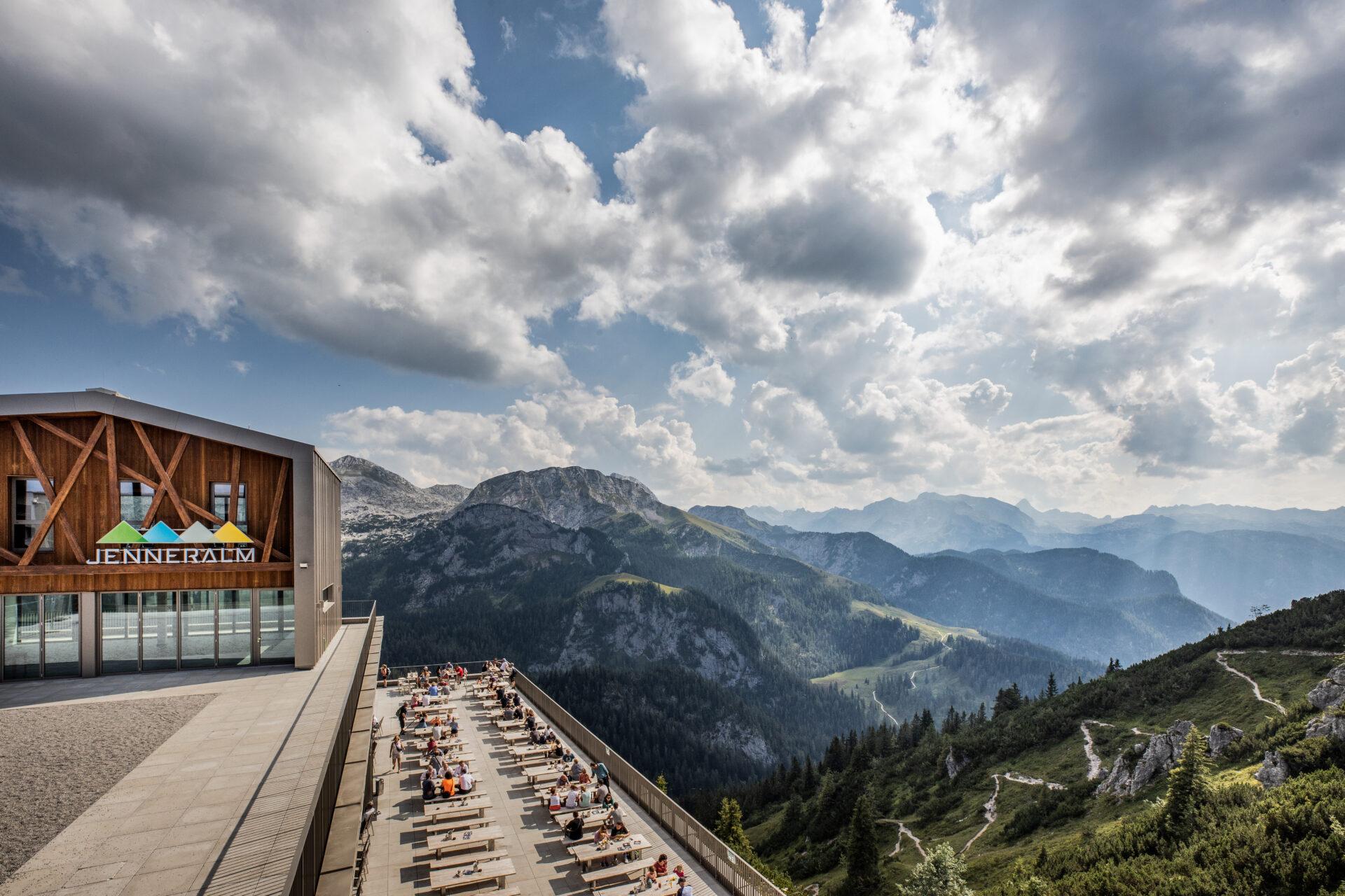 Jennerbahn Panorama mit Bergstation und Terrasse